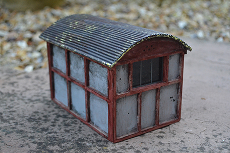 BM016 16mm Asbestos & Timber Hut Assembled & Painted