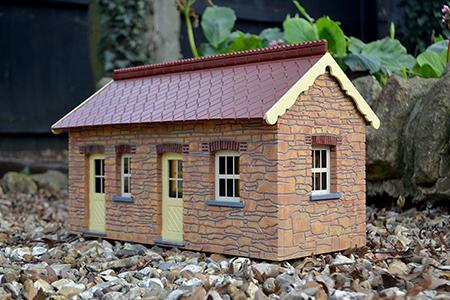 BM002 16mm Chelfham Station Building Assembled & Painted