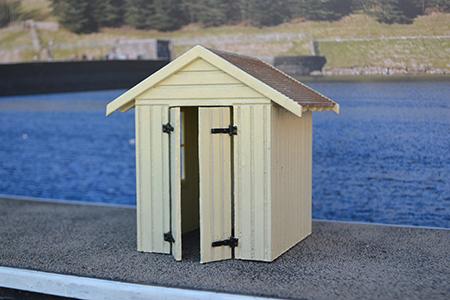 BM003 16mm Workman's Hut Assembled & Painted